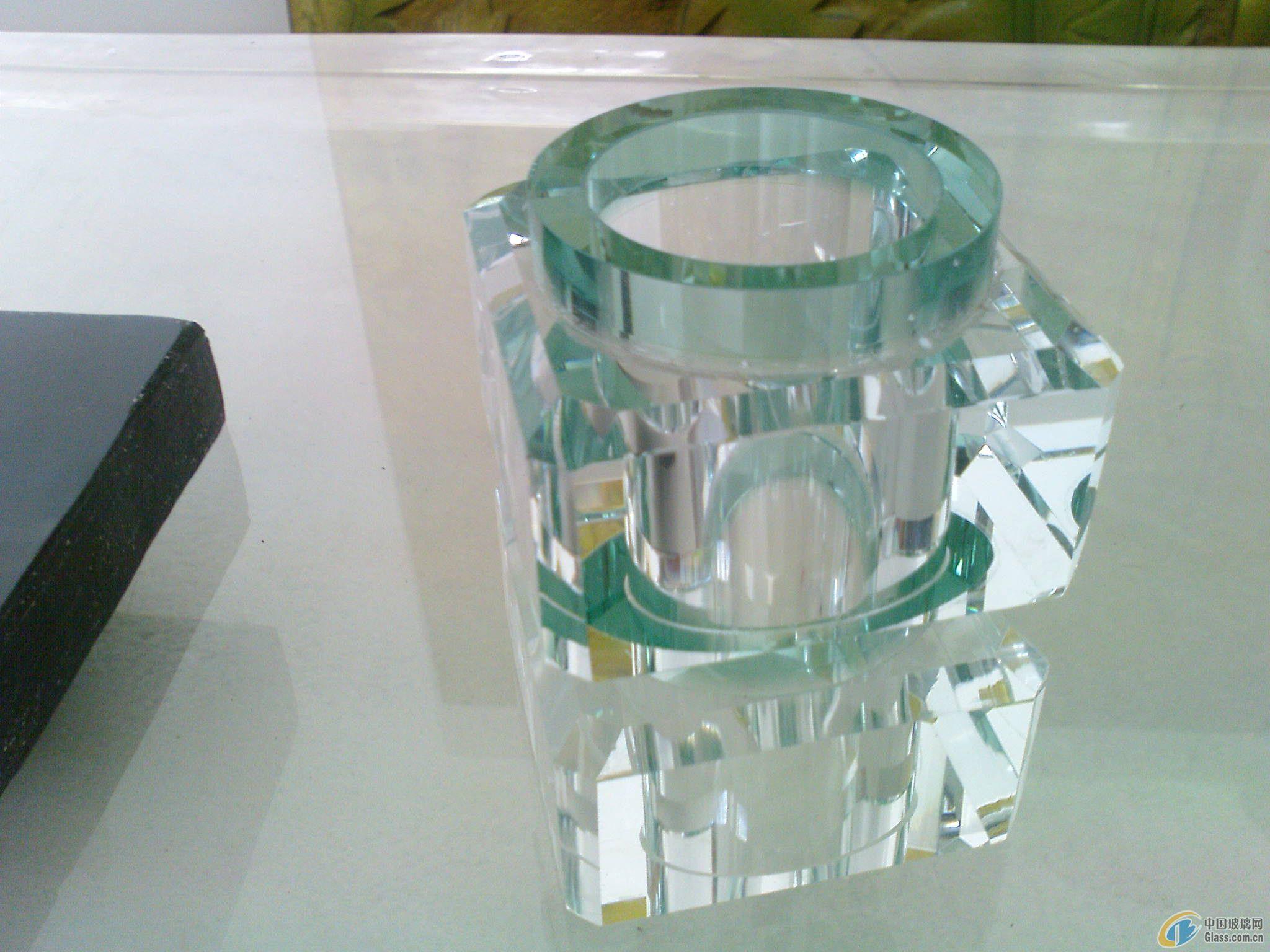 我公司是从事工艺玻璃、水晶气泡板材研发、设计、生产与销售为一体的现代专业化企业。不断推出新的工艺品种,其中热熔系列玻璃、气泡柱、板材(砖)、立杆扶手、琉璃板材等产品为国内首创,并且水晶砖(柱)获得国家专利。公司现在主要生产经营的产品有:水晶系列(水晶板材、水晶气泡柱、彩色水晶柱、水晶砖、水晶球、水晶茶几、台面)、琉璃系列(琉璃板材、琉璃柱、纤彩琉璃、宝石琉璃、琉璃茶几、台面),并具有对玻璃、水晶、琉璃等产品及板材的深加工设备,如水刀切割、平磨、各种异形抛磨、自动抛光机、雕刻机等,完全达到了对产品的细磨精抛