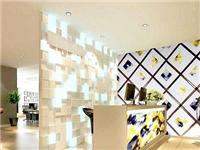 玻璃拼镜背景装饰的优点  玻璃天花吊顶有哪些优点