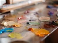 怎样清除玻璃上的油漆点  如何去除玻璃表面涂料漆